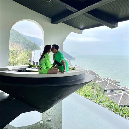 Cặp đôi trao nhau nụ hôn trong một góc riêng tư của resort.