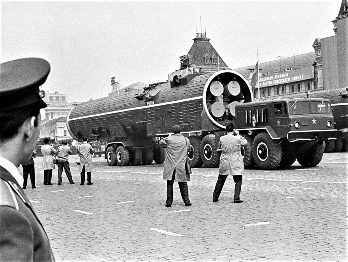 """Vũ khí và các trang thiết bị quân sự mới, tiên tiến của Liên Xô còn được các phương tiện truyền thông đại chúng phương Tây """"chăm sóc"""" rất chu đáo. Nguồn: Getty"""
