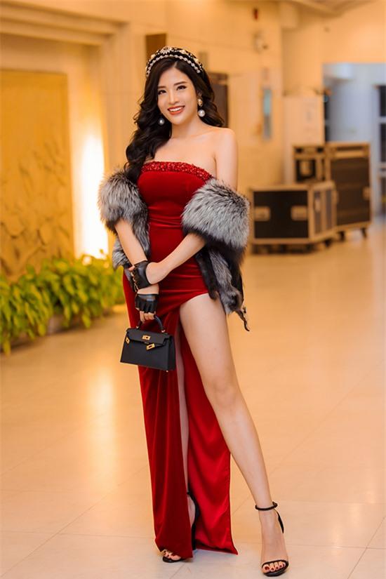 Phan Hoàng Thu phối túi hàng hiệu với váy cúp ngực, xẻ đùi táo bạo chất liệu nhung. Cô diện thêm khăn choàng lông để giữ ấm đồng thời làm điệu trong mùa đông.