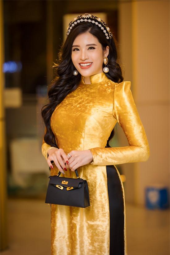 Để có diện mạo thanh lịch khi lên trao giải, Phan Hoàng Thu chuẩn bị thêm một bộ áo dài chất liệu nhung màu vàng rực phối cùng túi Hermes Kelly.