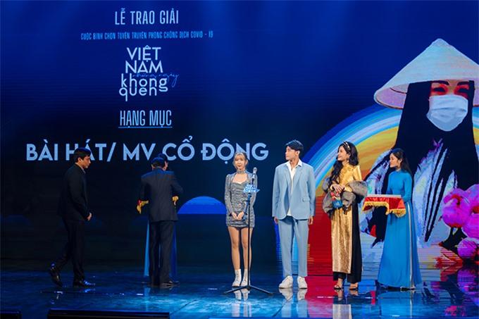 Phan Hoàng Thu trao giải cho Min và Quang Đăng vì những sản phẩm tuyên truyền về Covid-19 rất hấp dẫn, hiệu quả.