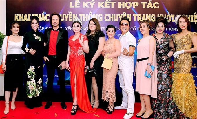 Diễn viên Đoàn Minh Tài (thứ ba từ trái qua) và nhiều bạn bè, đồng nghiệp dự sự kiện do Phi Thanh Vân tổ chức.