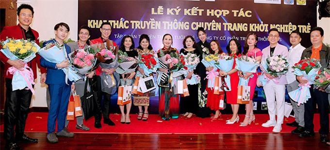 Nữ diễn viên chụp ảnh cùng các khách mời và lãnh đạo công ty cô. Phi Thanh Vân sẽ thử sức với vai trò MC chương trình Ngôi nhà khởi nghiệp của Đài phát thành và truyền hình Bình Phước trong năm 2021.