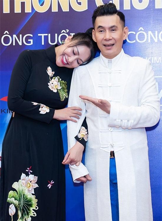 Dù giữ vai trò quan trọng của sự kiện, Phi Thanh Vân không ngại nũng nịu khoác tay, ngả đầu lên vai anh kết nghĩa. Đoan Trường bó tay với cô em gái tính cách điệu đà, hay nhõng nhẽo ở chốn đông người.