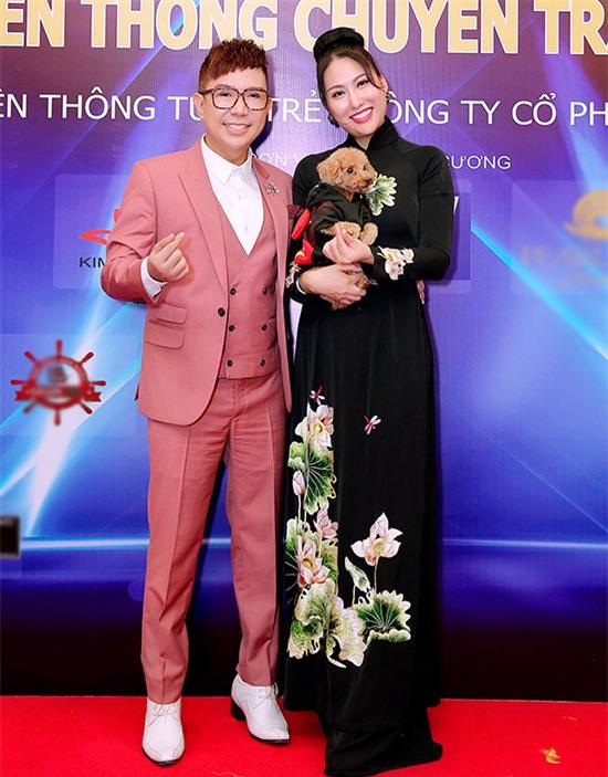 Ca sĩ Long Nhật mặc vest hồng đi sự kiện của Phi Thanh Vân.