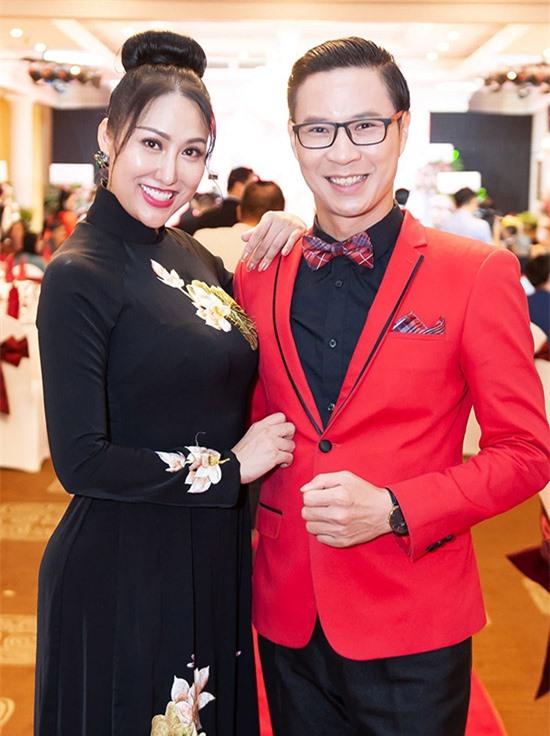 Anh Quân mặc vest tuxedo bảnh bao giúp Phi Thanh Vân cầm trịch dẫn chương trình.