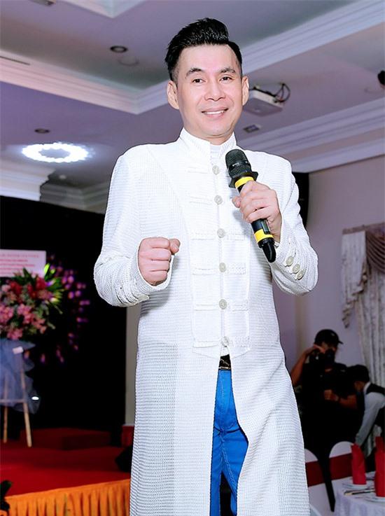 Đoan Trường biểu diễn ca khúc Thao thức vì em tưởng nhớ cố nhạc sĩ Lam Phương vừa qua đời.
