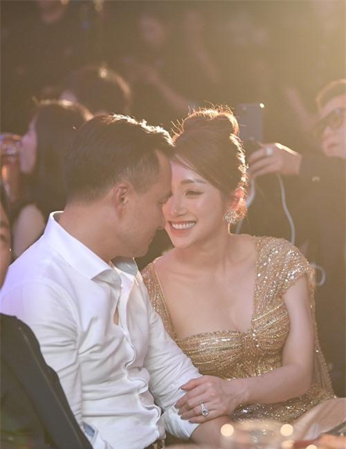 Cặp đôi dành cho nhau những cử chỉ tình tứ, gương mặt tràn ngập hạnh phúc. Kể từ khi công khai tình cảm vào năm ngoái, cả hai luôn đồng hành trong cuộc sống cũng như công việc.
