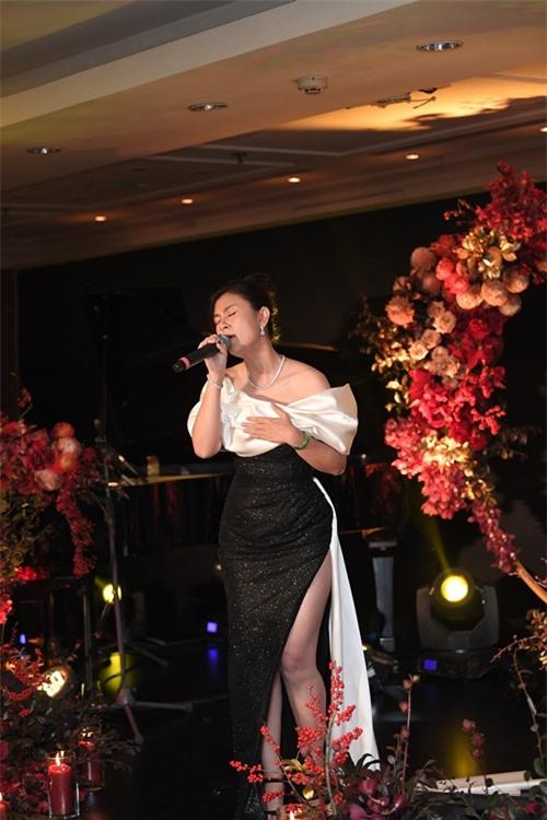 Diễn viên Kim Thư hiếm hoi đi sự kiện. Chị diện đầm của NTK Nguyễn Minh Tuấn, dành tặng khán giả những món quà âm nhạc là ca khúc Bảy ngày mong đợi, Happy new year.
