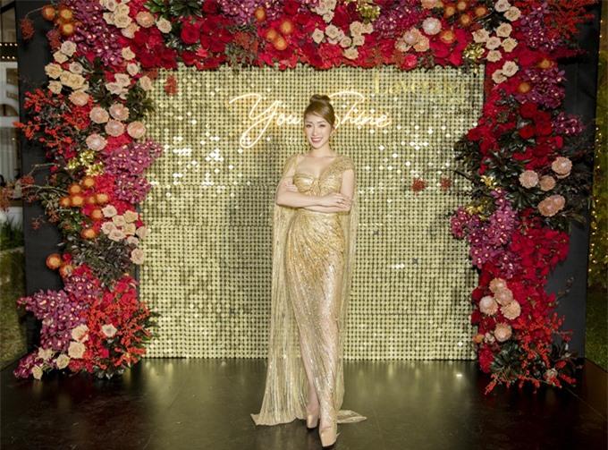 Lý Thùy Chang diện đầm do NTK Lê Thanh Hòa thết kế riêng, phối cùng giày Christian Louboutin, đeo nhẫn kim cương lấp lánh. Cô được khen ngợi có trang phục đẹp và nổi bật nhất đêm tiệc.