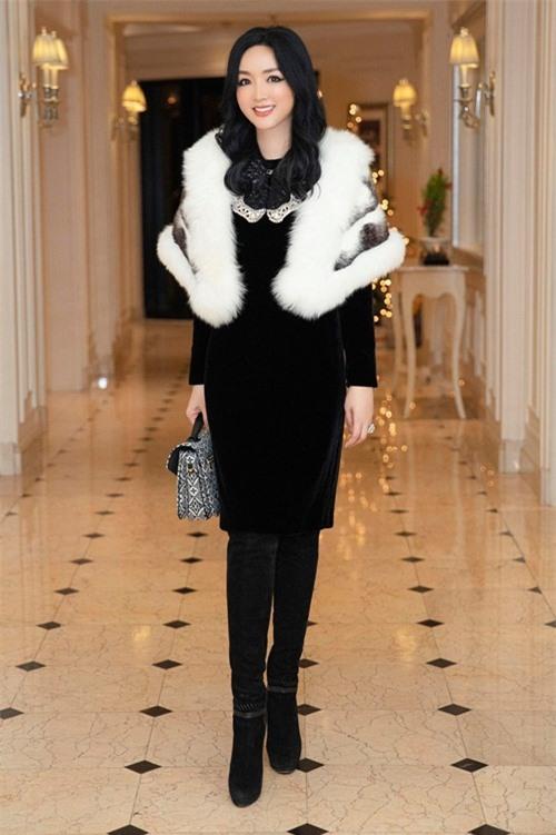 Hoa hậu Giáng My Chị diện cây hàng hiệu gồm đầm Gucci Runway, giầy Jimmy Choo, túi xách Louis Vuitton thuộc bộ sưu tập thu đông 2020 tới sự kiện.