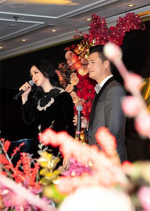Chị ngẫu hứng khoe tài đàn, hát và dành tặng khán giả màn song ca ngọt ngào với đàn em Quang Dũng, trong tình khúc Như đã dấu yêu.
