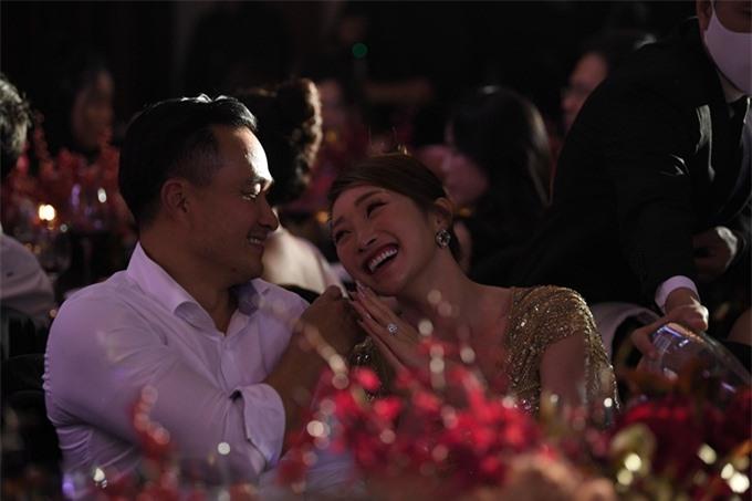 Diễn viên Chi Bảo bảnh bao, tháp tùng bạn gái – CEO Lý Thùy Chang - tới dạ tiệc.