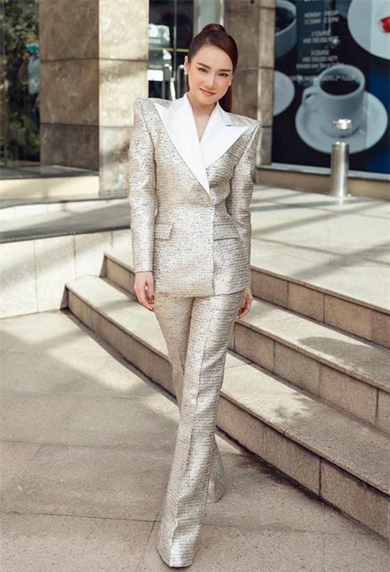 Nhã Phương mặc vest kín đáo, ra dáng doanh nhân. Cô đảm nhiệm chức vụ phó chủ tịch kiêm nhà đồng sáng lập một thương hiệu mỹ phẩm dành cho mẹ và bé từ đầu năm 2020.
