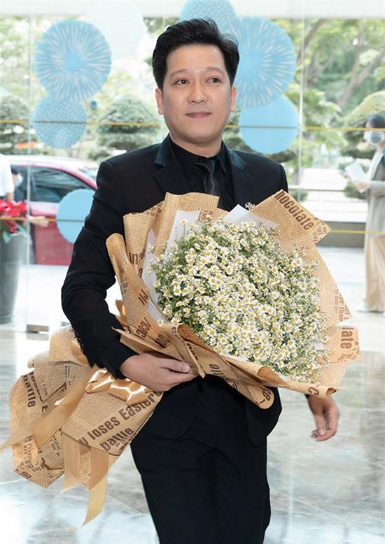Trường Giang mặc vest bảnh bao ôm hoa đến chúc mừng vợ.