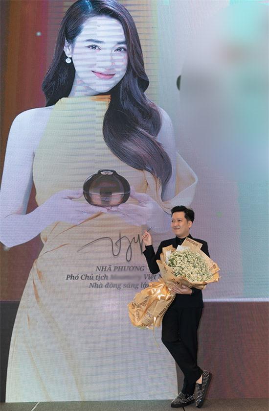 Diễn viên hài tự hào chụp ảnh với tấm poster của bà xã. Anh ủng hộ Nhã Phương kinh doanh các sản phẩm cho mẹ và bé, đúng sở thích của cô.