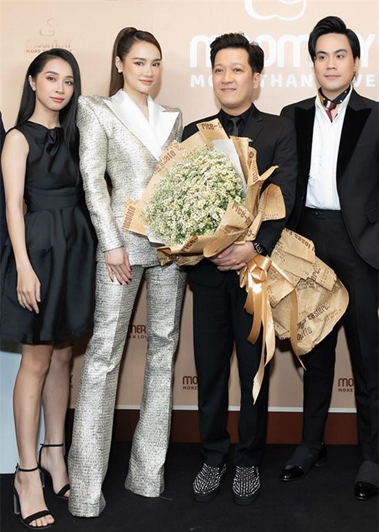 Cặp diễn viên chụp ảnh cùng em gái Nhã Phương (ngoài cùng bên trái) và MC Thái Dũng ở sự kiện.