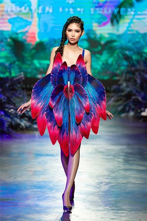 Với trang phục dành cho dạ tiệc, nhà mốt thể hiện sự sáng tạo ở việc cắt vải, nhuộm tạo hình cánh hoa lan hay các cấu trúc trang phục hình khối, xếp nếp bất đối xứng cầu kỳ.