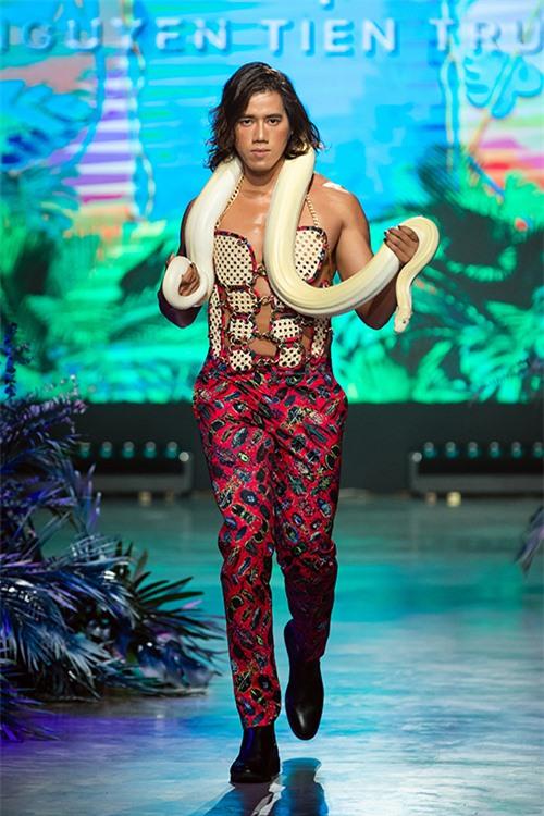 Những chú trăn gấm được sử dụng làm bạn diễn để nêu bật chủ đề mang hơi thở vùng nhiệt đới.