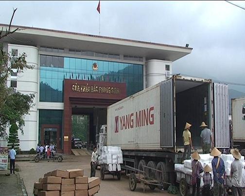 6 cán bộ hải quan cửa khẩu Bắc Phong Sinh vừa bị đình chỉ công tác để xem xét trách nhiệm. Ảnh: Internet