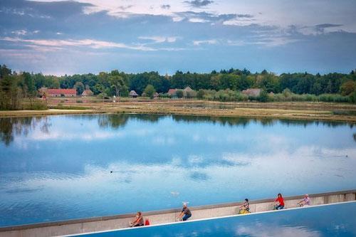 Hàng triệu người đến hồ nước trải nghiệm đạp xe xuyên hồ nước ở Bỉ mỗi năm