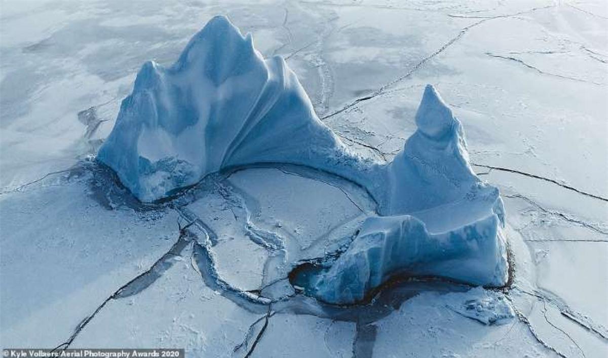 Hình ảnh khó tin của nhiếp ảnh gia người Anh Kyle Vollaers cho thấy một tảng băng đang trôi ra khỏi bờ biển Qeqertarsuaq, Greenland.
