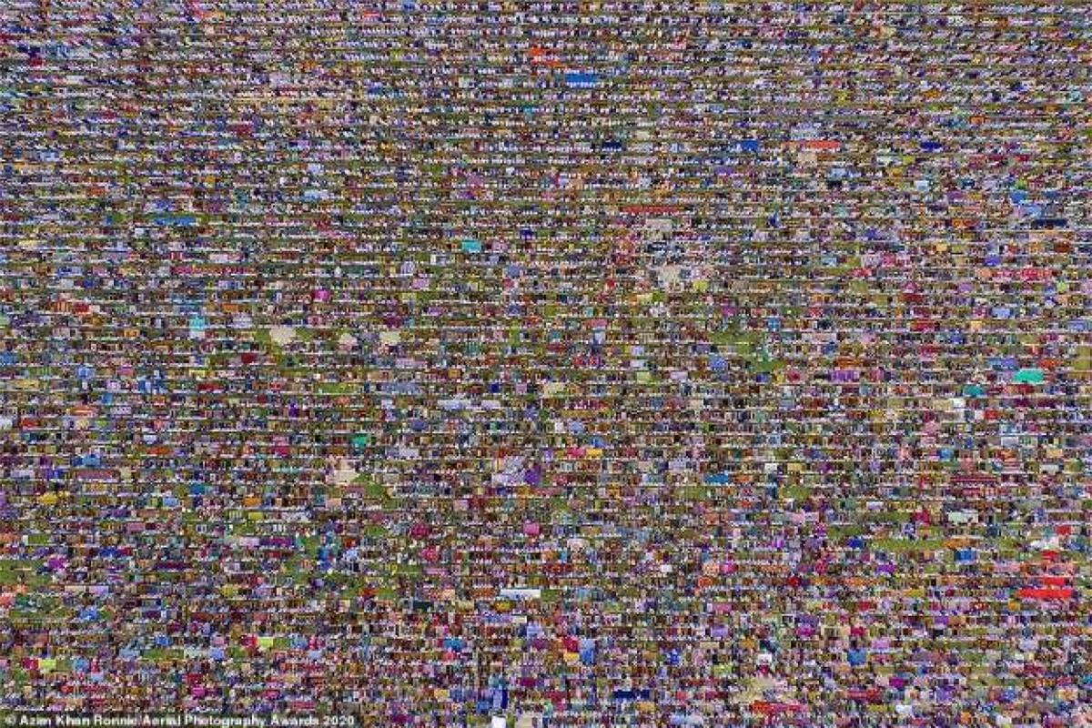 Nhiếp ảnh gia người Bangladesh Azim Khan Ronnie gây ấn tượng với bức ảnh 60.000 tín đồ tham gia lễ Eid-ul-Fitr của người Hồi giáo ở Gor-e-Shahid Boro Math, Dinajpur, Bangladesh.