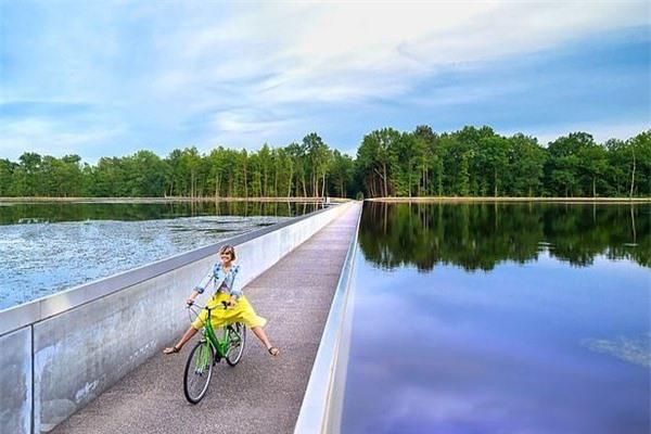 Chiêm ngưỡng con đường đạp xe xuyên qua hồ nước tuyệt đẹp ở Bỉ
