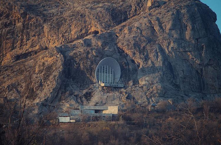 """Công trình """"mọc từ núi"""" tại Kyrgyzstan."""