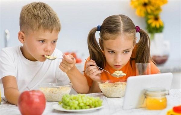 Vừa ăn vừa xem sẽ khiến bạn tăng cân nhanh