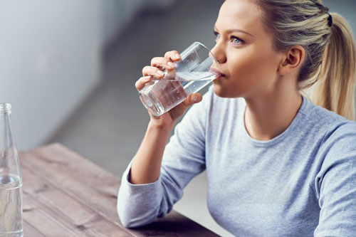 Uống nước sau khi thức dậy giúp cơ thể loại bỏ độc tố.