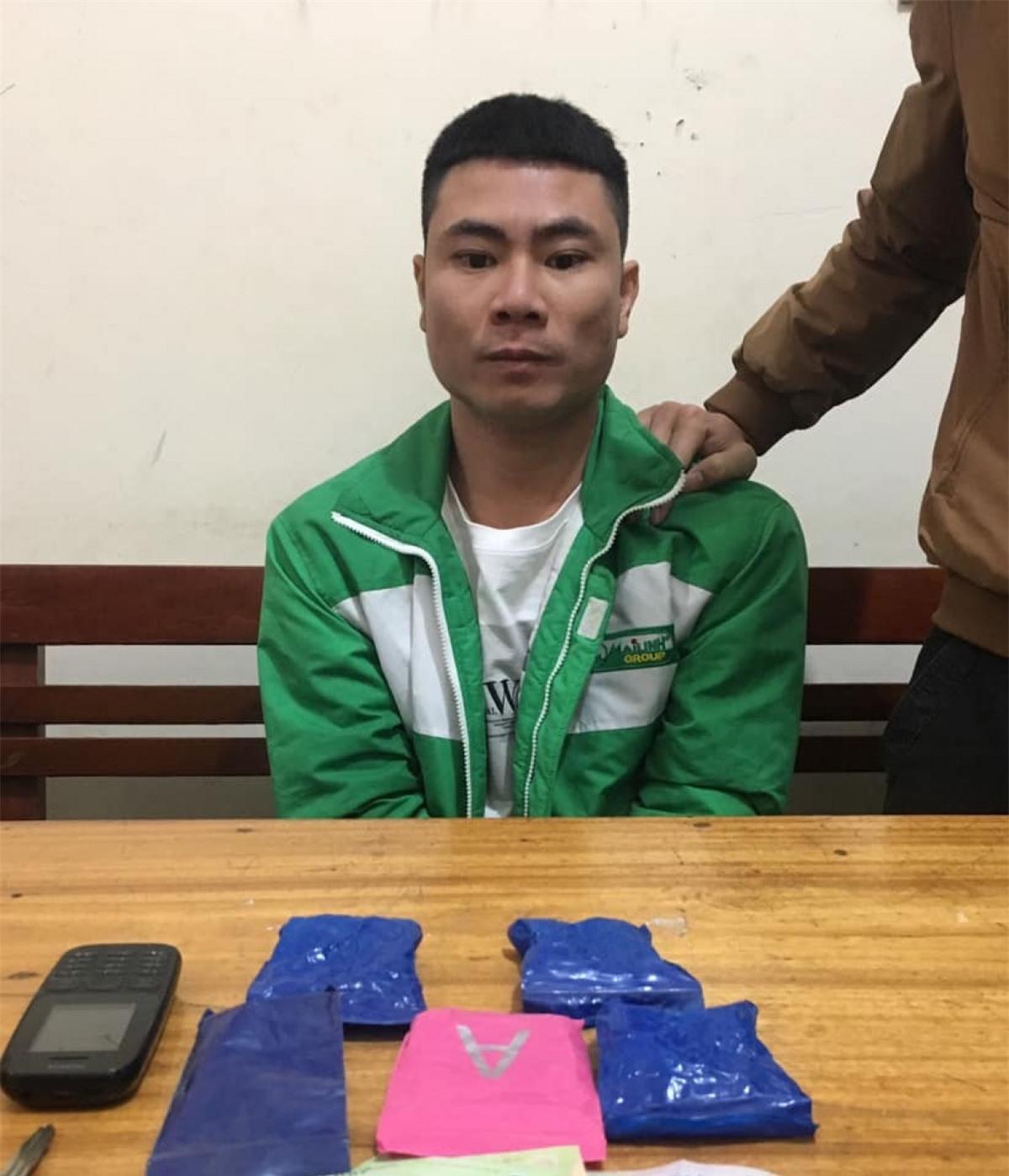 Nguyễn Đình Truyền cùng tang vật tại cơ quan điều tra.