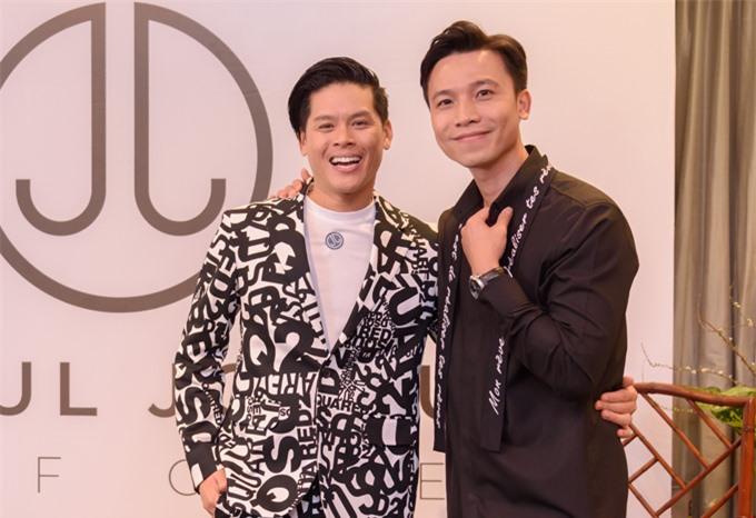 John Huy Trần vừa tổ chức sự kiện giới thiệu trang bán hàng trực tuyến chuyên phân phối các sản phẩm làm đẹp, thực phẩm chức năng. Bạn đời của anh - Nhiệm Huỳnh (phải) - hết lòng ủng hộ biên đạo múa lấn sân sang lĩnh vực kinh doanh.