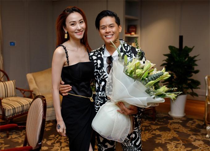 Diễn viên Ngân Khánh mặc váy dây gợi cảm đến chúc mừng John Huy Trần. Cô bất ngờ khi biên đạo múa Việt kiều mạnh dạn thử sức với công việc mới ngoài nghệ thuật.