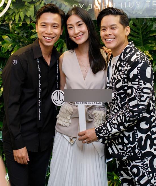 Diễn viên Kathy Uyên chung vui với John Huy Trần và bạn đời của anh.