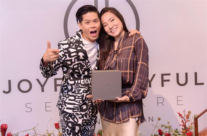 Vũ công Lý Phương Châu mừng người anh thân thiết trong nghề ra mắt trang bán hàng trực tuyến.