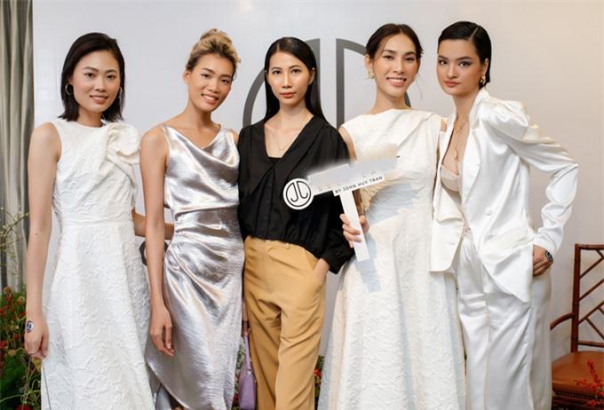 Từ trái qua: người mẫu Mai Giang, Nguyễn Hợp, Cao Ngân, Thanh Tuyền và Thúy Hằng hội ngộ ở sự kiện của John Huy Trần.