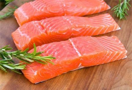 Cá hồi, cá thu, cá mòi cũng là những thực phẩm tốt cho tuyến tiền liệt