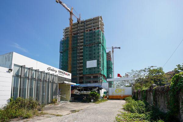 Dự án Kingsway Tower đến nay đã chậm giao nhà so với cam kết trong hợp đồng và bị ngưng thi công.