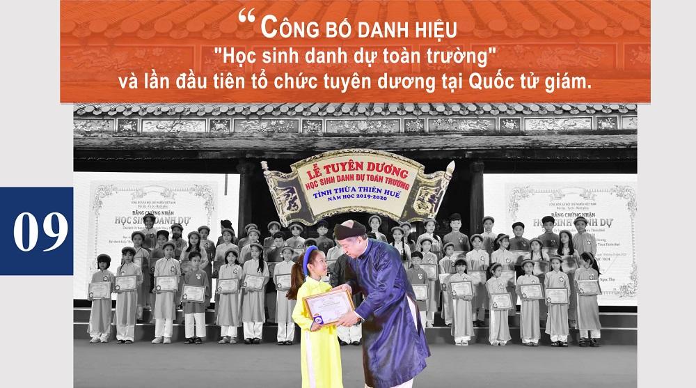 """Công bố danh hiệu """"Học sinh danh dự toàn trường"""" và lần đầu tiên tổ chức tuyên dương tại Quốc tử giám."""