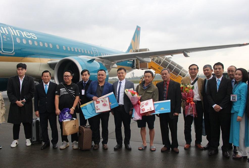 2 hành khách đầu tiên xuống thang máy bay được nhận nhiều phần quà giá trị.