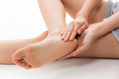 Bạn có thể chữa gót chân nứt nẻ tại nhà.