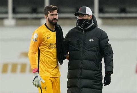 HLV Klopp động viên Alisson sau trận hòa Newcastle