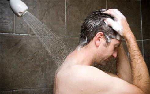 Tắm sau khi say rượu dễ dẫn đến vỡ mạch máu. Ảnh minh họa