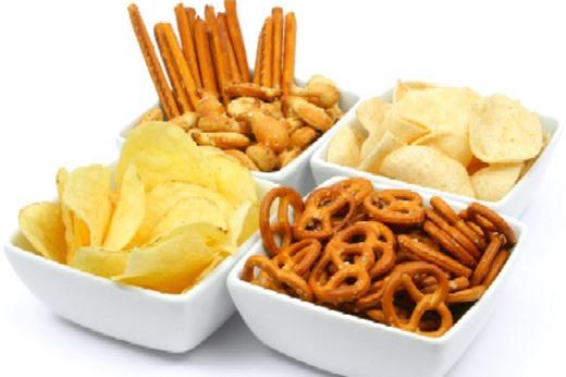 Đồ ăn vặt, nước ngọt có ga là những thực phẩm mẹ không nên cho bé ăn vào mùa đông