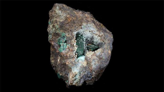 Viên đá vỡ lộ ra thứ quý hơn vàng, chưa từng thấy trên Trái Đất - Ảnh 1.