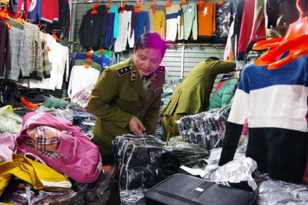 01 trong số 10 điểm kinh doanh tại chợ Sơn Long được lực lượng QLTT Hà Nội kiểm tra.