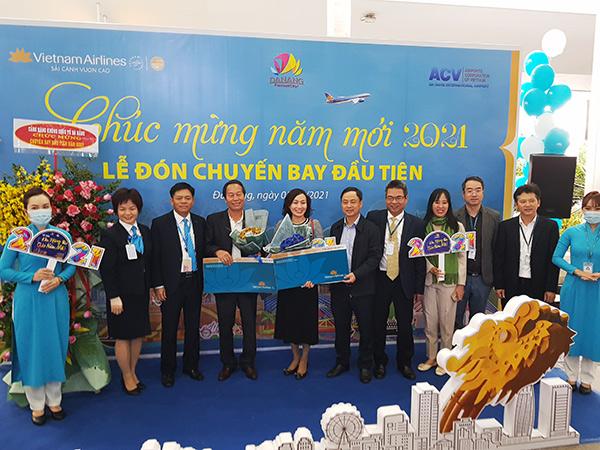 """Vietnam Airlines vé máy bay khứ hồi hạng Thương gia hành trình nội địa do Vietnam Airlines khai thác cho hai hành khách may mắn trên chuyến bay """"xông đất"""" Đà Nẵng sáng 01/01/2021"""