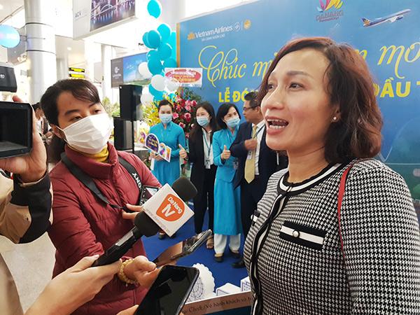 """Chị Nguyễn Quỳnh Chi vui mừng khi là hành khách may mắn trên chuyến bay """"xông đất"""" Đà Nẵng năm mới 2021 trở thành chủ nhân của hai vé máy bay khứ hồi hạng Thương gia hành trình nội địa do Vietnam Airlines khai thác."""