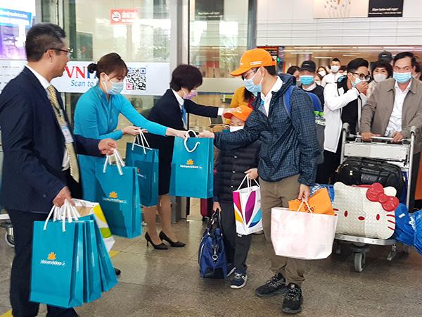 """Chào đón các hành khách """"xông đất"""" sân bay quốc tế Đà Nẵng đầu năm mới 2021"""